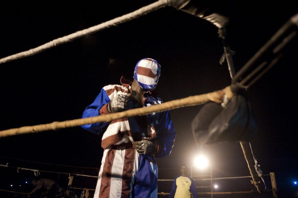 Six bolites monte sur le ring avant le combat.