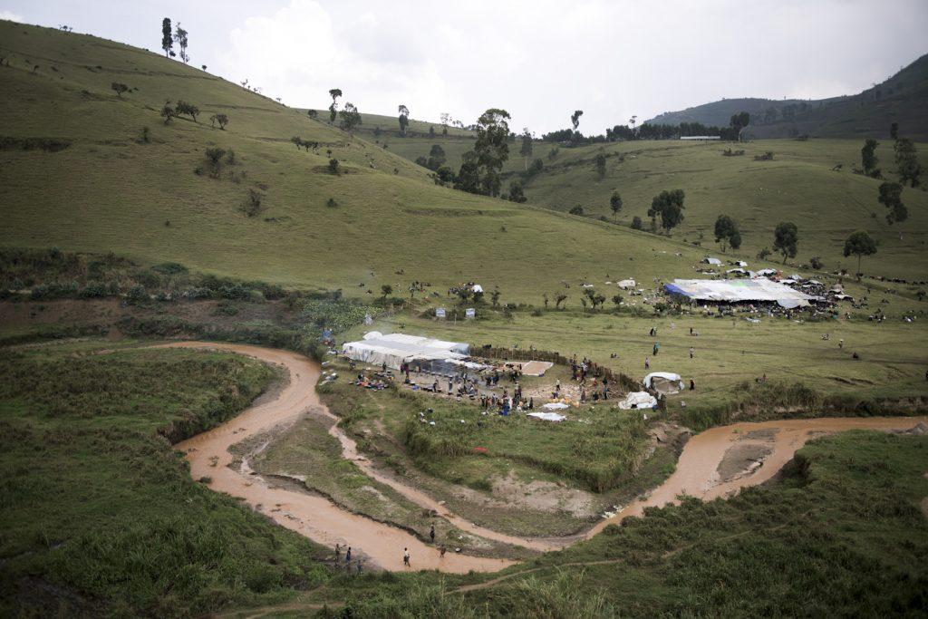 Ville minière de Rubaya, territoire de Masisi. Eglise pentecôtiste itinérante.Les problèmes fonciers sont au cœur des violences au Nord Kivu. L'absence de l'état au niveau rural mis en parallèle au pouvoir coutumier instrumentaliste engendre des conflits locaux opposant les communautés sur des questions de compétition foncière et économique.