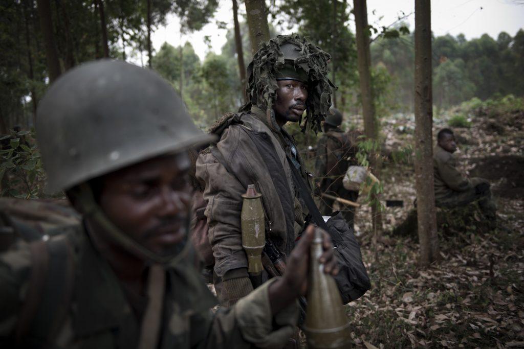 Des soldats FARDC (forces armées de la RDC) sur la ligne de front de Kanyaruchinya, à 8 kilomètres de la ville de Goma.