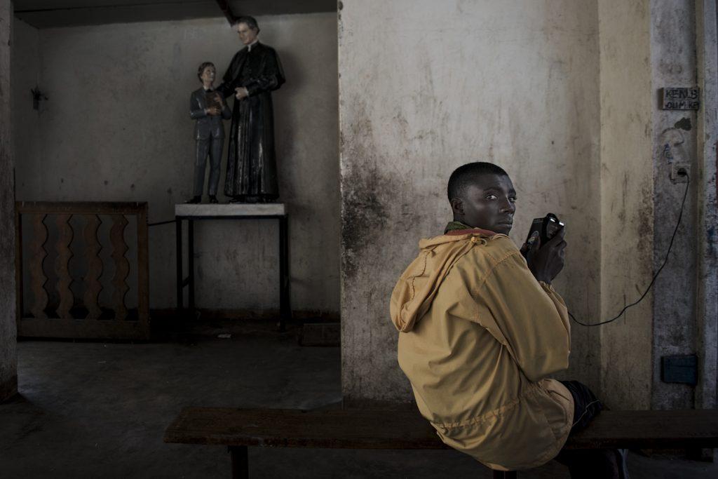 Serbungo, 17 ans. Au mois d'aout il a fuit Rubabe (territoire de Rutshuru) lorsque des soldats du M23 ont débarqué dans sa famille pour l'enrôler de force. Réfugié dans le camp de Kaniyaruchiniya, il fuit une seconde fois lorsque les rebelles prennent la ville de Goma, et se réfugie à la paroisse Don Bosco, avec d'autre déplacé de guerre.////////