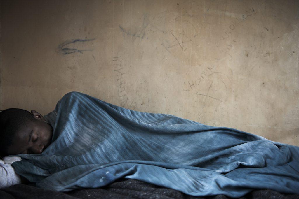 Centre de santé mentale de Goma. Jean-Marie,20 ans est interné depuis une semaine. Sa mère est persuadée que le démon lui a jeté un sort. Malgré de nombreux cas, les problèmes mentaux sont peu traités à l'est de la RDC et les malades sont généralement laissés à la charge de leur famille.