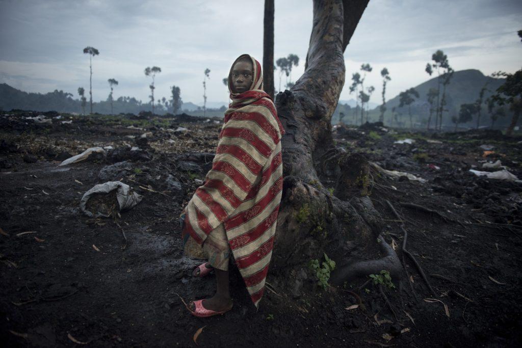 Foula Amani, fille de réfugiés,  dans les ruines du camp de déplacés de Kanyaruchinya, après l'arrivée du M23 dans la ville de Goma.