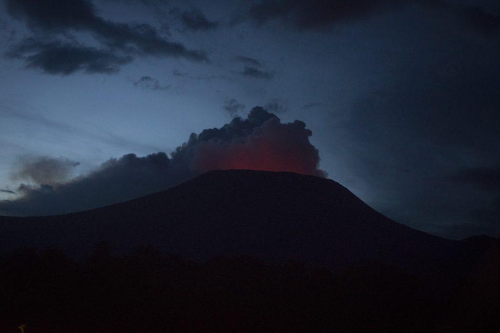 Niyaragungo Volcano, overlooking the town of Goma////Volcan Niyaragungo, qui domine la ville de Goma/