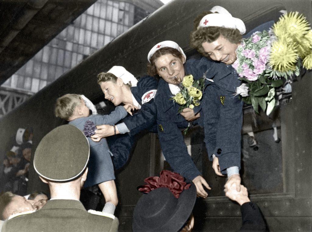samedi 24 juillet, à eu lieu le départ à la gare du Nord d'un nouveau contingeant de jeune fille belges volontaires, qui, apres avoir recu une formation préliminaires dans le pays, travaillemront dans les différents services de la croix rouge;
